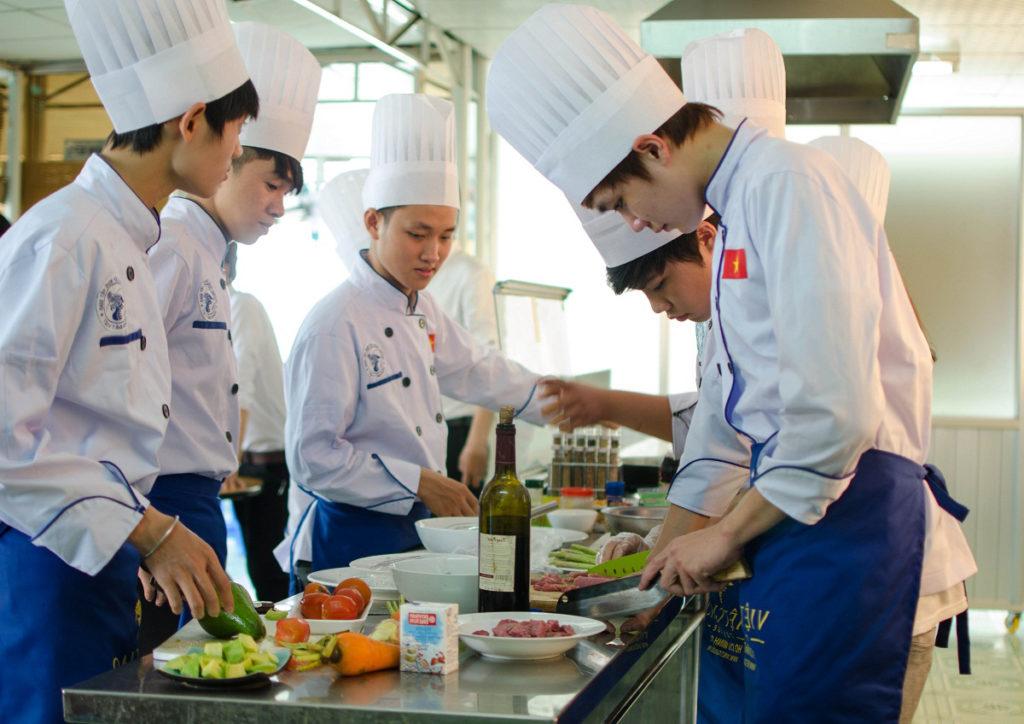 bàn đông nhà hàng