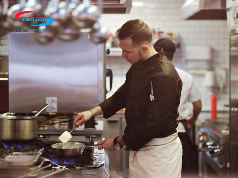 bếp Âu công nghiệp trong nhà hàng